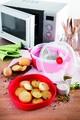 Recipient dublu pentru gatit la aburi in cuptorul cu microunde, Snips Steamer, 4 L, polipropilena, rosu